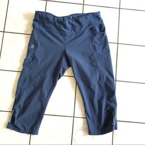 Athleta medium Dobby Be Free knicker Crop pants